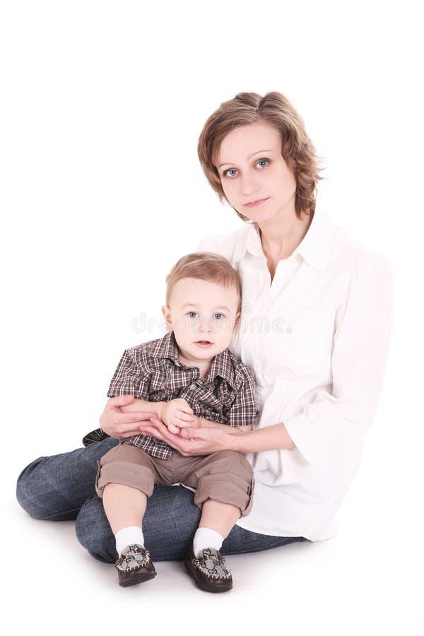 Mum com o filho pequeno nas mãos. fotografia de stock