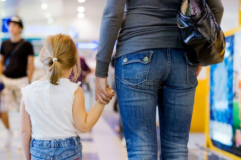 Mum com uma filha no aeroporto fotografia de stock royalty free