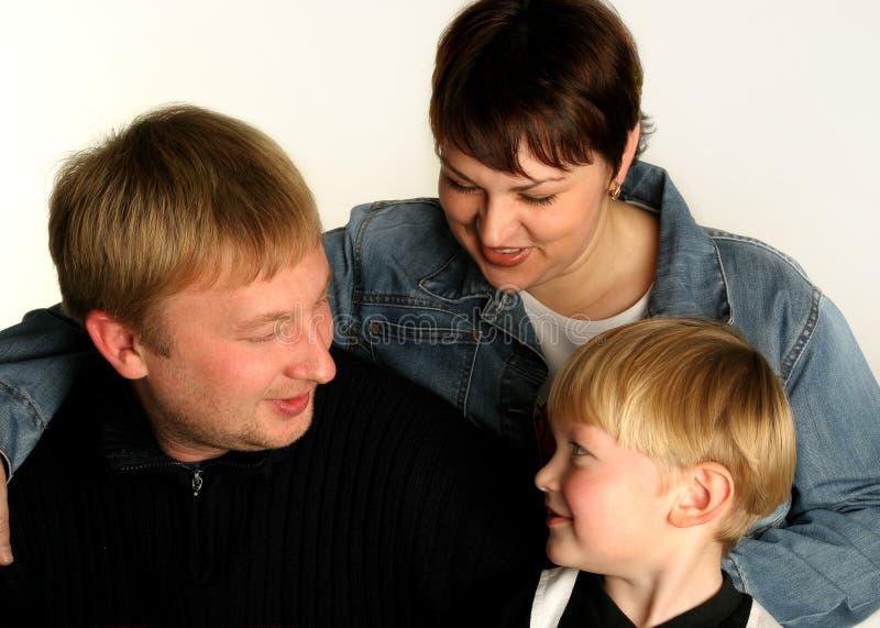 Mum de papa de zoon, vrolijke familie stock fotografie