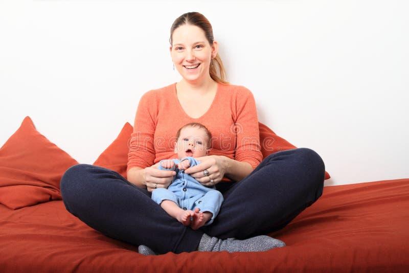 Mum de riso com bebê recém-nascido imagem de stock