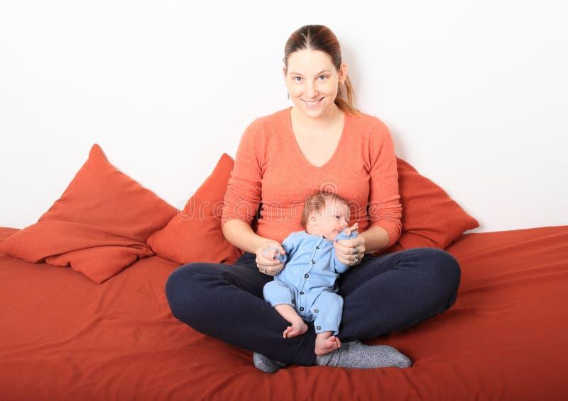 Mum de sorriso com bebê recém-nascido imagem de stock royalty free