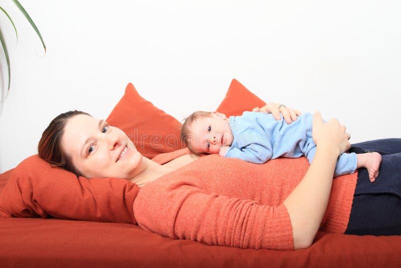 Mum de sorriso com o bebê recém-nascido de sorriso foto de stock