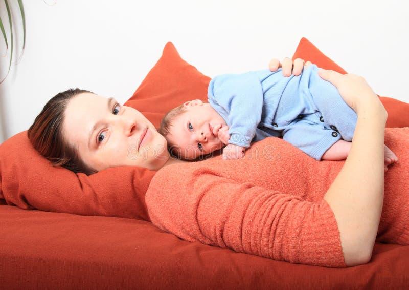 Mum de sorriso com o bebê recém-nascido de sorriso imagens de stock