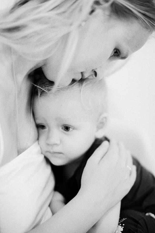Mum die weinig dochter omhelzen Zwart-wit schot stock fotografie