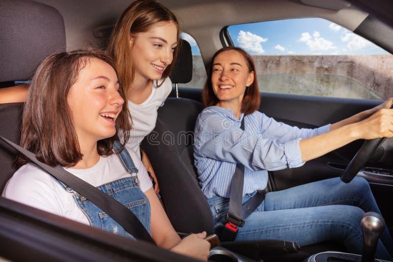 Mum e duas filhas adolescentes na viagem por estrada no carro fotos de stock royalty free