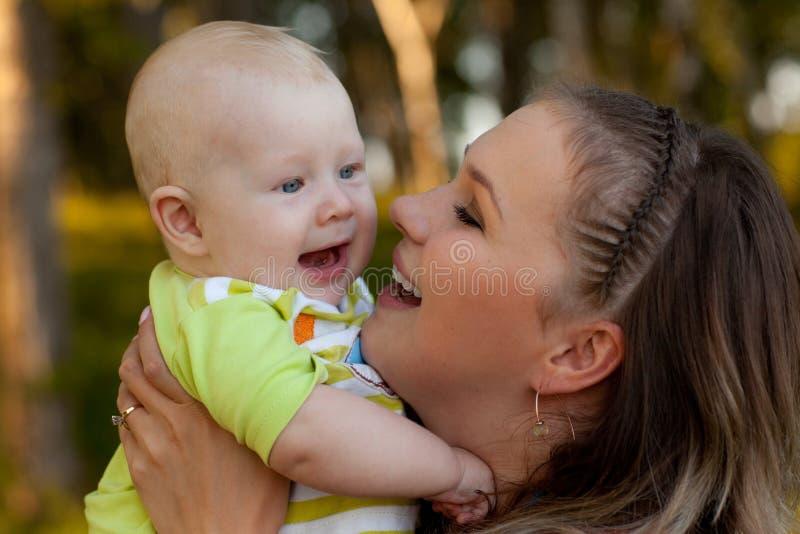 Mum e miúdo de riso fotos de stock