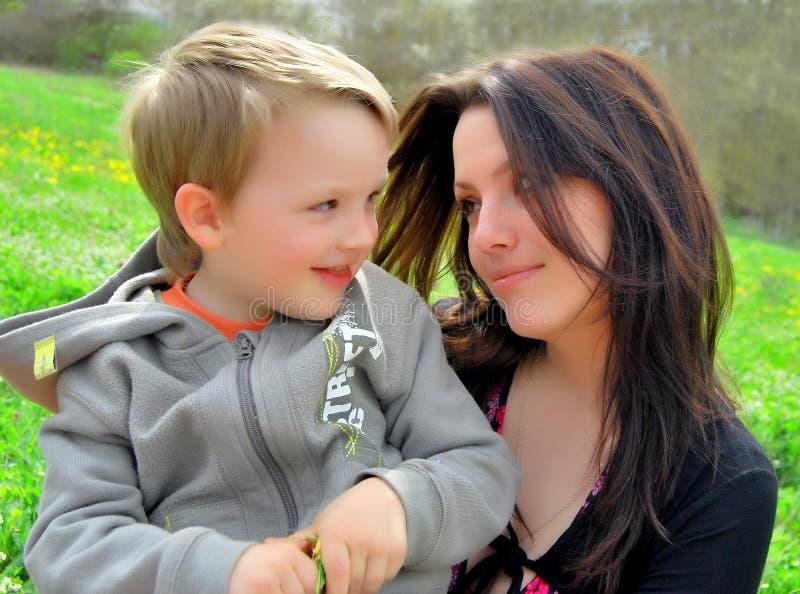 Mum e o filho em uma caminhada fotos de stock