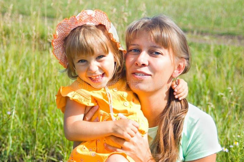 Download Mum En De Dochter Omhelzen. Stock Afbeelding - Afbeelding bestaande uit gelukkig, summer: 10784561
