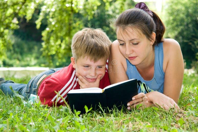 Mum en de zoon lezen royalty-vrije stock afbeelding
