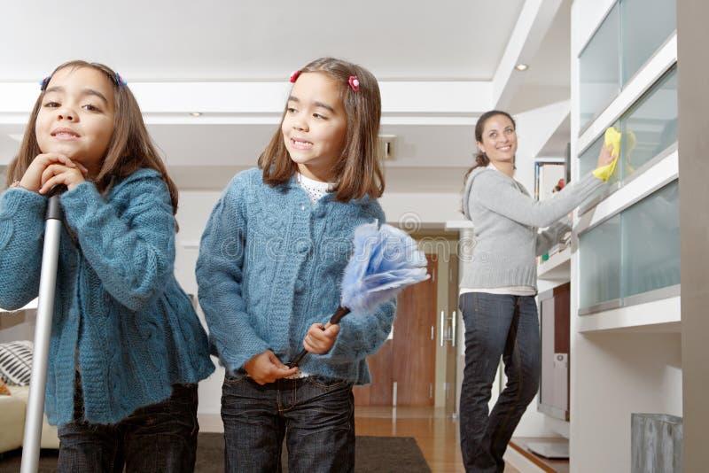 Mum en Dochters die het Leven schoonmaken stock afbeeldingen