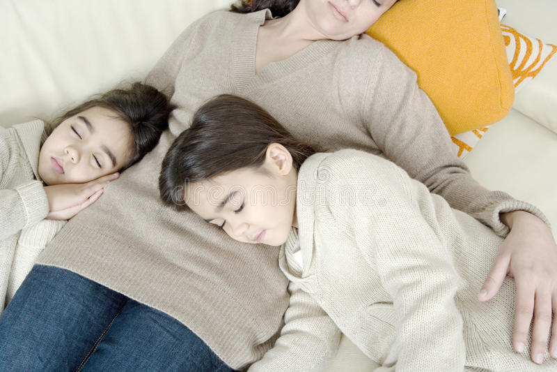 Mum en dochters die op laag slapen stock afbeelding