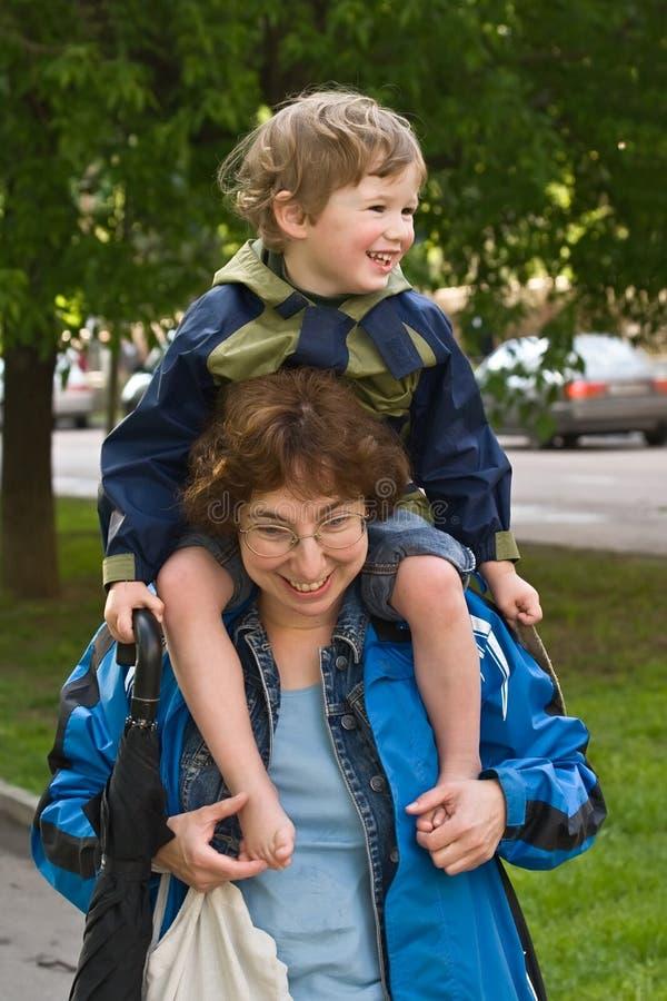 Mum en zoon na het winkelen stock foto's