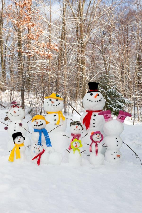 mum för farsafallsfamilj som ler utomhus vinter för snowsnowmanson arkivbilder
