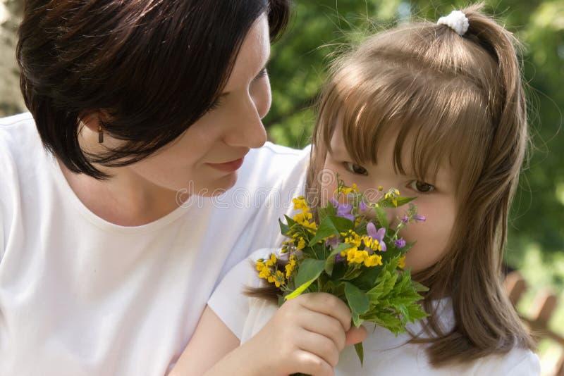 Mum feliz e sua filha pequena foto de stock