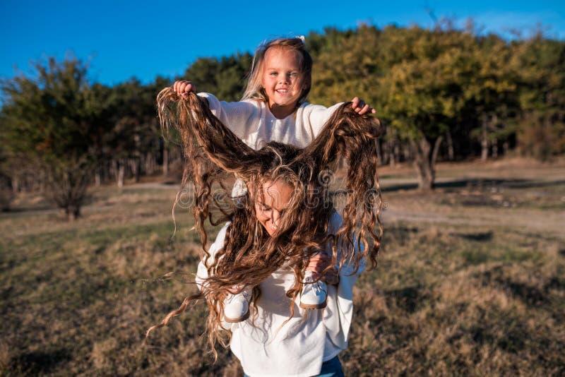 Mum i córka ma zabawę wpólnie outdoors fotografia stock