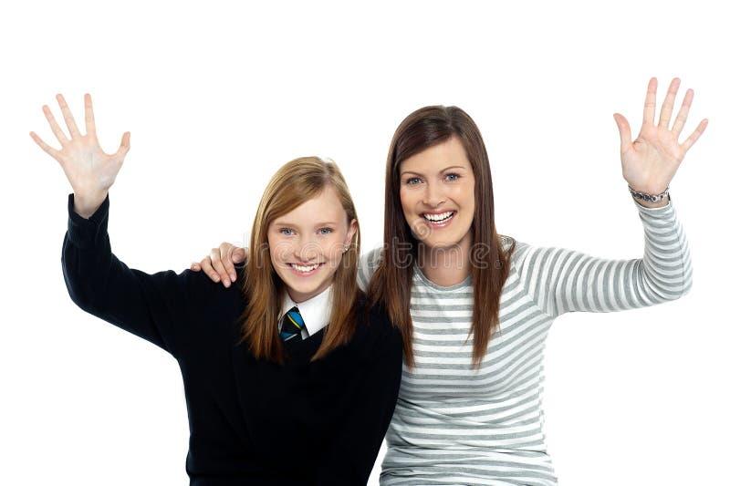 Mum i córki falowania ręki przy kamerą zdjęcia stock