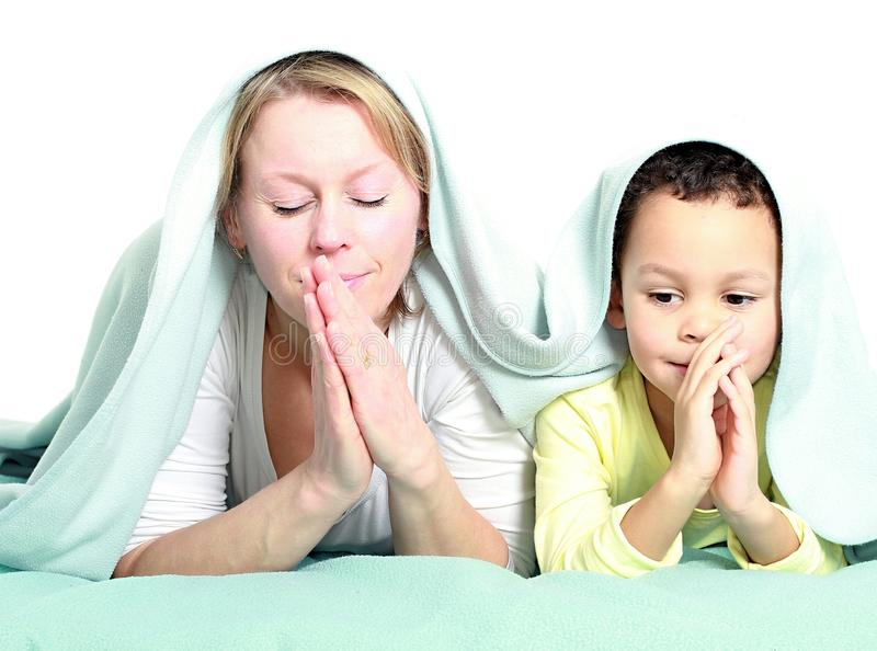 Mum i syn ono modli się wpólnie zdjęcia royalty free