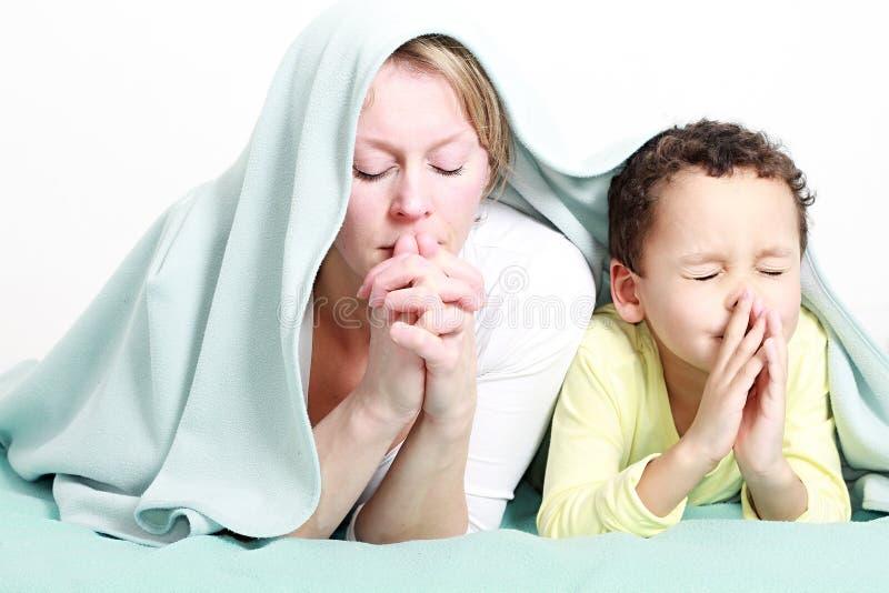 Mum i syn ono modli się wpólnie fotografia royalty free