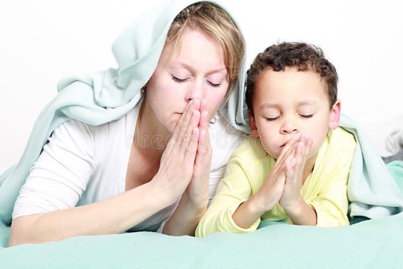 Mum i syn ono modli się wpólnie obraz stock