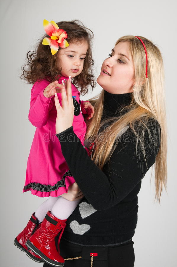 Mum novo e a filha pequena. imagens de stock royalty free