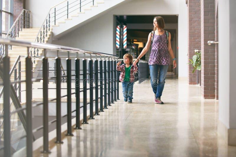 Mum och sonen som går i köpcentret royaltyfri fotografi