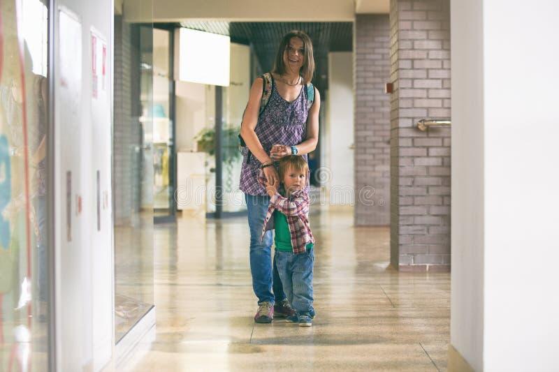 Mum och sonen som går i köpcentret royaltyfria foton