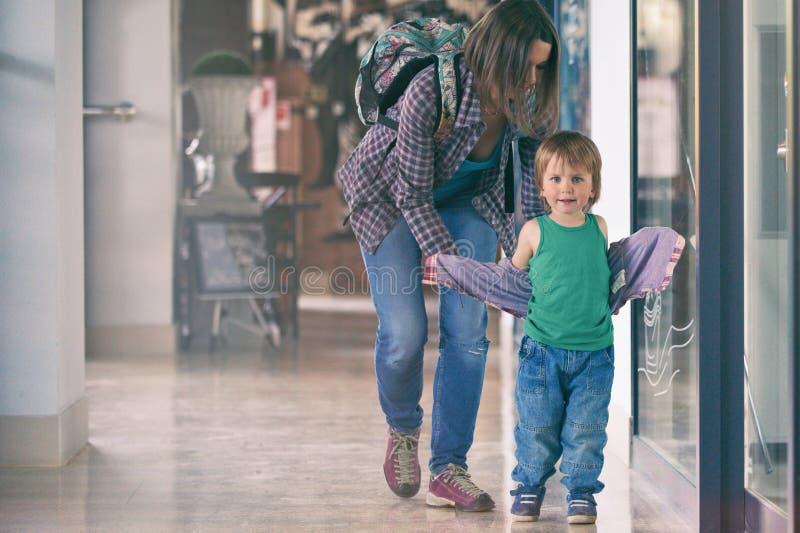 Mum och sonen som går i köpcentret royaltyfria bilder