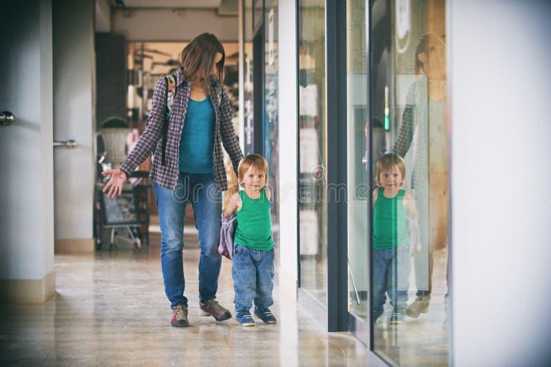 Mum och sonen som går i köpcentret arkivfoton