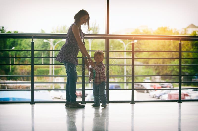 Mum och sonen som går i köpcentret arkivfoto