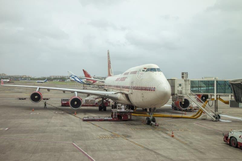 Mumbai, Índia - 31 de agosto de 2018: Vista geral do aeroporto de Mumbai que mostra os aviões estacionados e a pista de decolagem fotos de stock