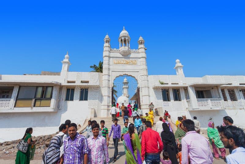 MUMBAI, ÍNDIA - 27 DE FEVEREIRO: Povos não identificados em Haji Ali Dar foto de stock royalty free