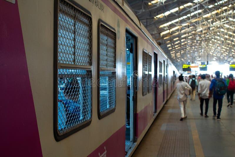 Mumbai, Índia, o 20 de novembro de 2018/trem na estação de trem de Churchgate fotos de stock