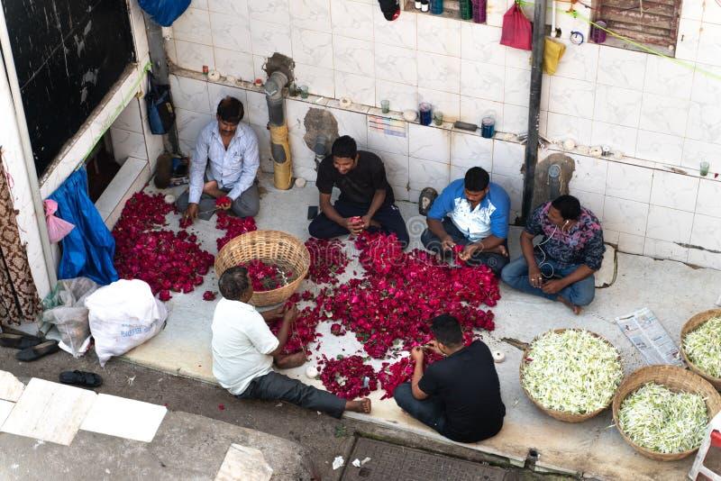 Mumbai-16 01 2019: Άνθρωποι που προετοιμάζουν τα λουλούδια για την πώληση στοκ εικόνες με δικαίωμα ελεύθερης χρήσης