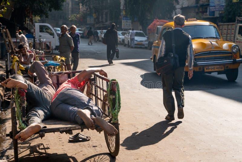 Mumbai-16 01 2019: Ο δύο ανθρώπων ύπνος στο φορτηγό στοκ εικόνα