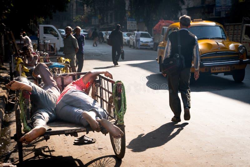 Mumbai-16 01 2019: Ο δύο ανθρώπων ύπνος στο φορτηγό στοκ φωτογραφία