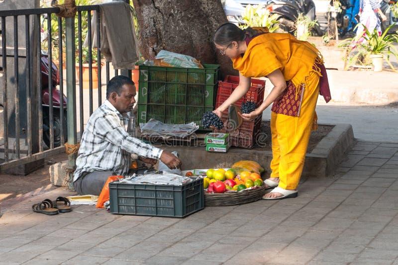 Mumbai-16 01 2019: Τα πωλώντας φρούτα ανδρών για την ινδική γυναίκα στοκ φωτογραφία με δικαίωμα ελεύθερης χρήσης