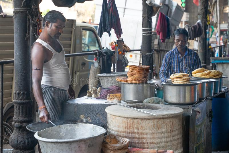 Mumbai-16 01 2019: Το άτομο που μαγειρεύει τα ινδικά τρόφιμα οδών στοκ εικόνα με δικαίωμα ελεύθερης χρήσης