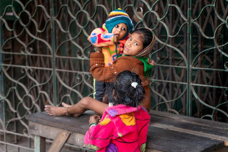 Mumbai-16 01 2019: Το ινδικό κορίτσι babysit με την αδελφή της στοκ φωτογραφίες