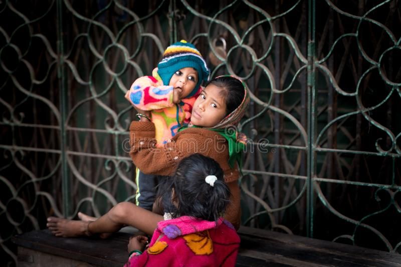 Mumbai-16 01 2019: Den indiska flickan att babysit med hennes syster fotografering för bildbyråer