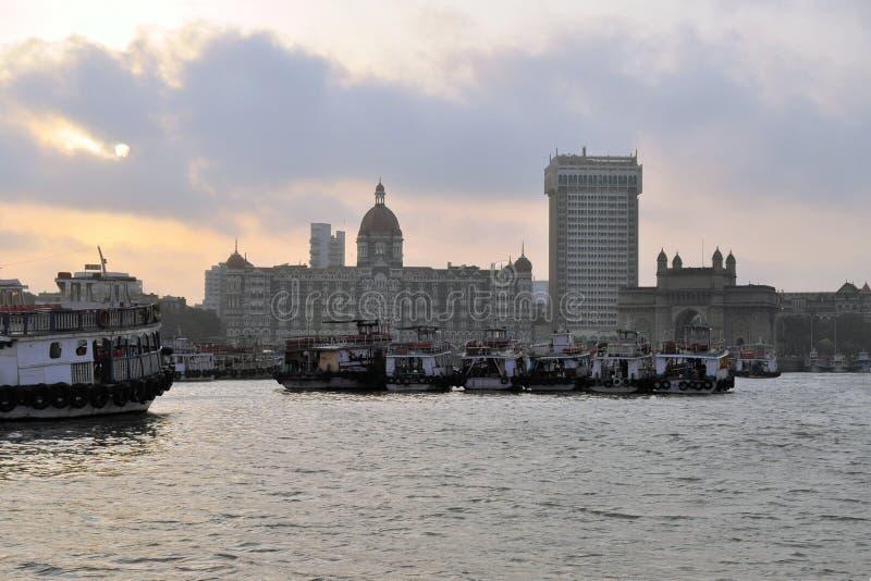 Mumbai hamn med porten av Indien, Indien arkivbild