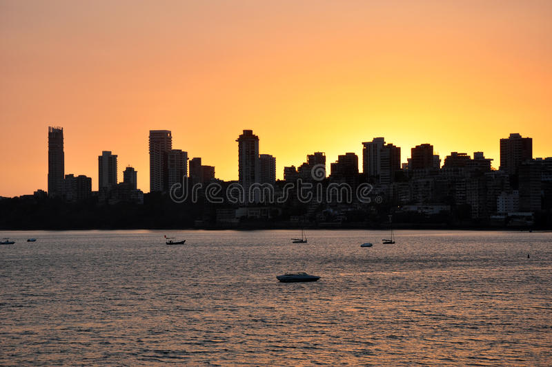 Mumbai horisont på solnedgången royaltyfria foton
