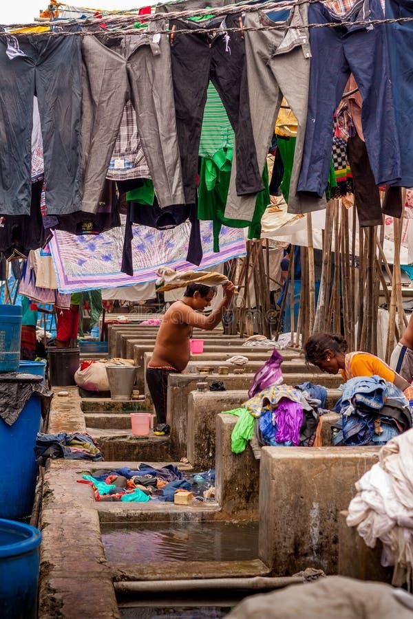 MUMBAI, INDE - JUILLET, 10 2016 : Travailleurs de blanchisserie lavant des tissus au point de repère célèbre dans MUMBAI - Dhobi  images stock