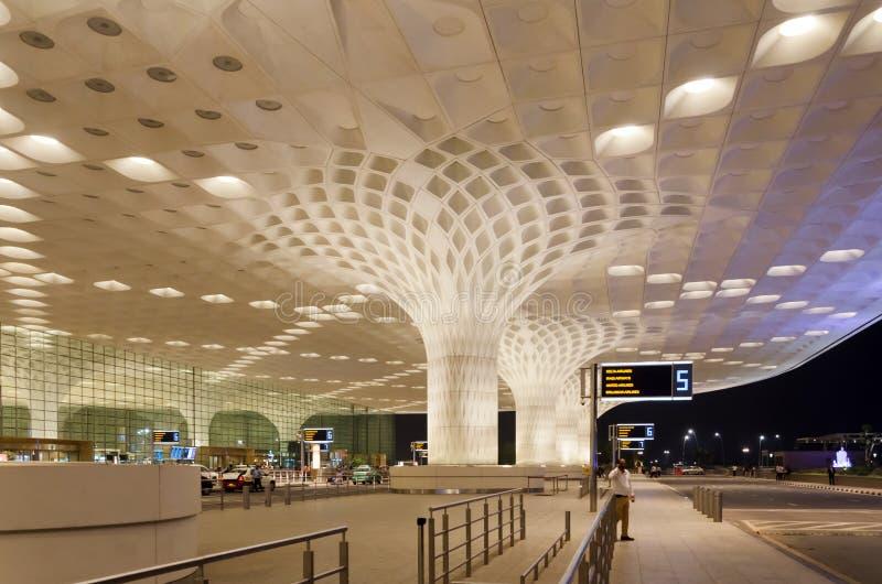 Mumbai, India - Januari 5, 2015: De reizigers bezoeken Chhatrapati Shivaji International Airport royalty-vrije stock afbeeldingen
