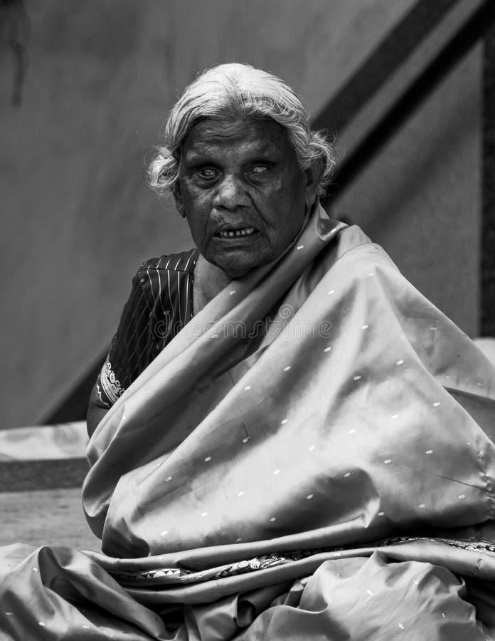 Mumbai, India, 20 november 2018/Oude blinde dame die voor Churchgate-Post bedelen royalty-vrije stock fotografie