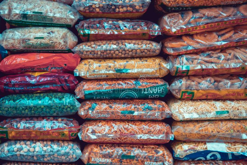 Mumbai, India, 20 novembre 2019/ Pacchetti colorati di cibo indiano, esposti in un negozio di strada nel mercato della Causeway d fotografie stock
