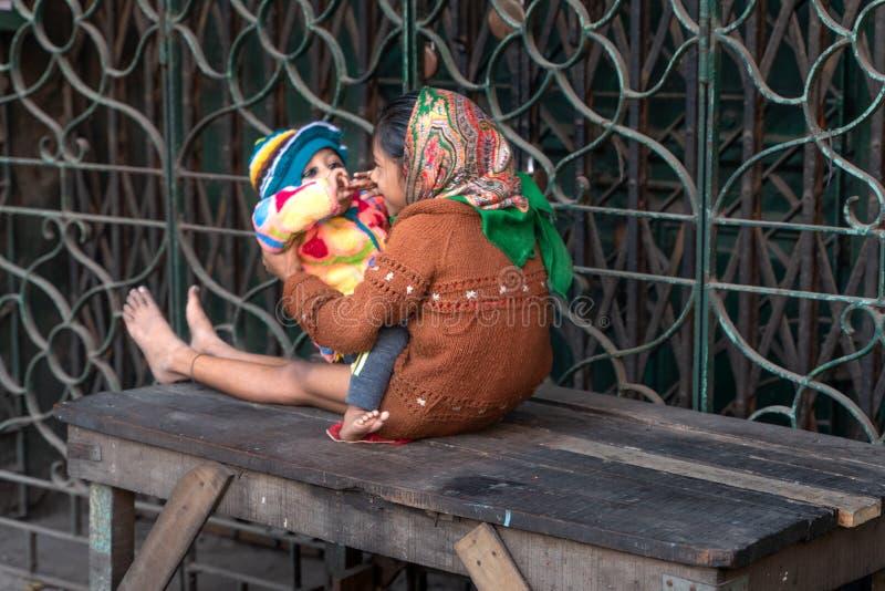 Mumbai-16 01 2019: La muchacha india cuidar a niños con su hermana fotografía de archivo