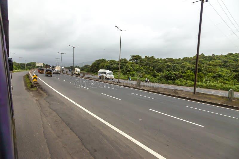 Mumbai, maharashtra 25 août 2018 : Thane Road dans Mumbai pendant pleuvoir la saison Inde une des villes principales dans l'état  images stock