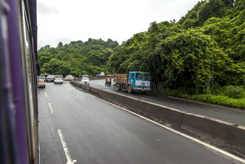 Mumbai, maharashtra 25 août 2018 : Thane Road dans Mumbai pendant pleuvoir la saison Inde une des villes principales dans l'état  photos stock