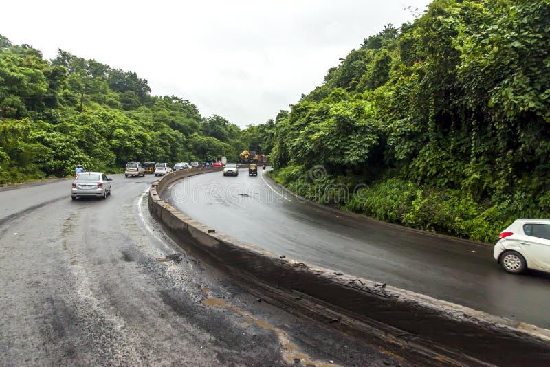 Mumbai, maharashtra 25 août 2018 : Thane Road dans Mumbai pendant pleuvoir la saison Inde une des villes principales dans l'état  photographie stock