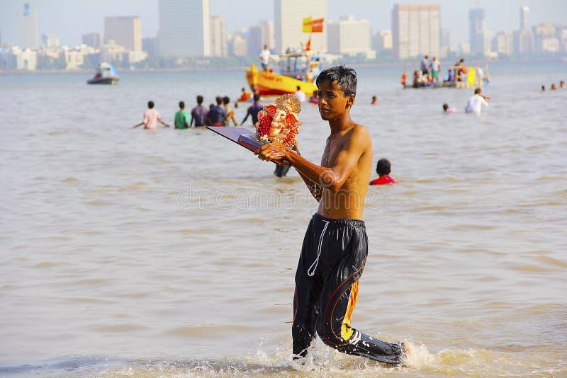 MUMBAI, MAHARASHTRA im September 2017 Junge nimmt Ganapati-Idol für Immersion Girgaum Chowpatty lizenzfreies stockfoto